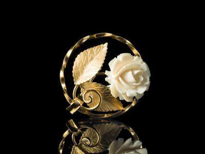 Брошь с розой из слоновой кости