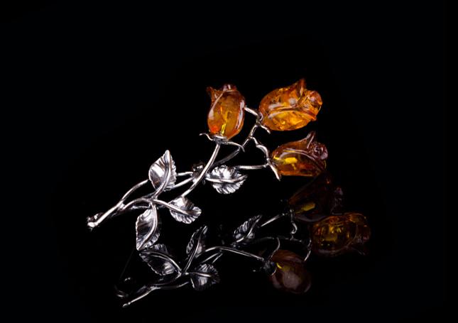 Янтарная брошь из серебра с розами
