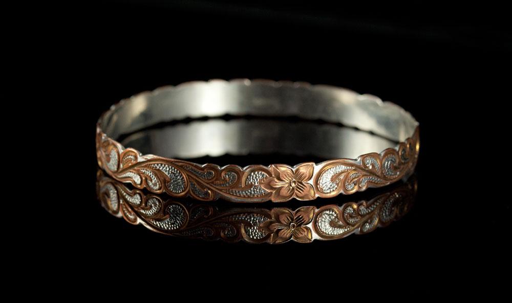 Старинный серебряный браслет с чеканкой