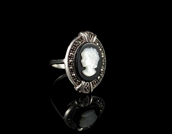 Кольцо с черно-белой камеей в серебре