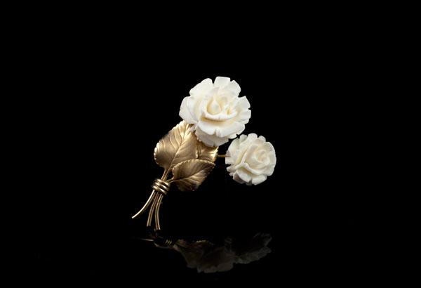 Розы из белой слоновой кости в брошке