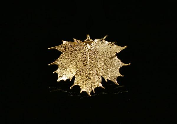 Кулон - подвеска кленовый лист