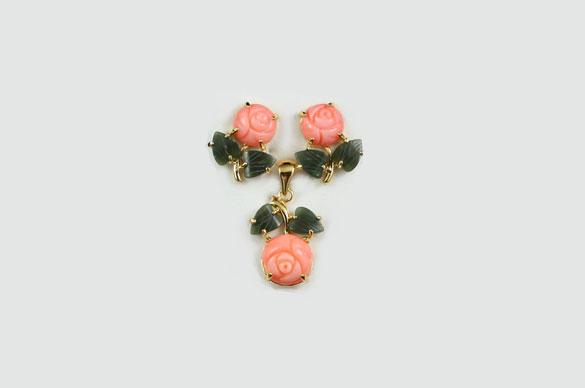 Позолоченные розы из коралла и нефрита