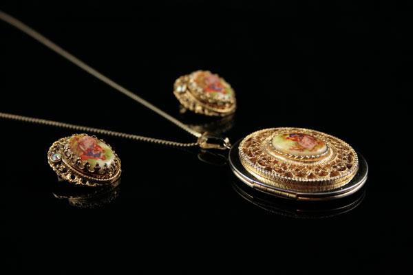 Старинный позолоченный медальон и клипсы